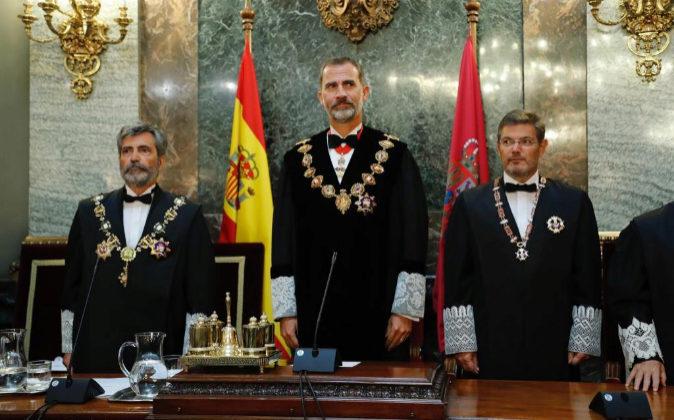 El rey Felipe VI acompañado por el presidente del Tribunal Supremo y...