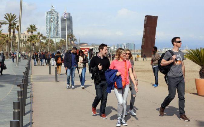 Turistas paseando por Barcelona.
