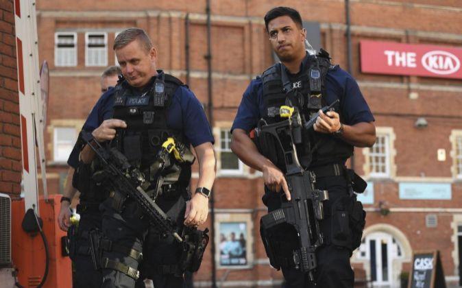 Foto de archivo que muestra a dos policías armados en el estadio The...