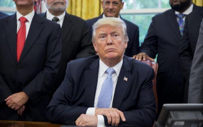 El presidente estadounidense, Donald Trump, escucha las preguntas de...