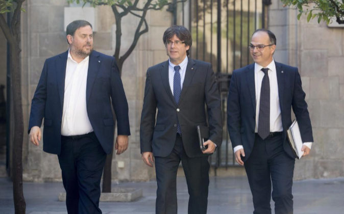 El presidente de la Generalitat, Carles Puigdemont (c), junto al...