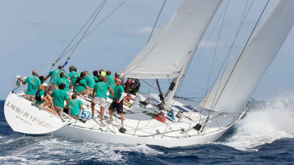 El barco Il Moro de Venezia compitiendo en la Copa del Rey de...