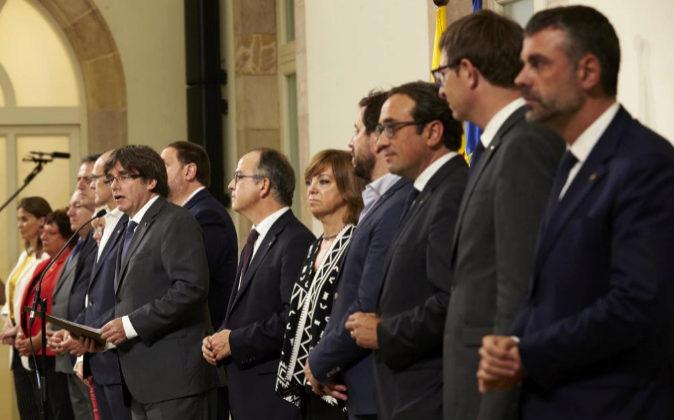 El presidente de la Generalitat, Carles Puigdemont, ayer acompañado...