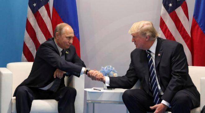 El presidente ruso, Vladímir Putin, conversa con el presidente...