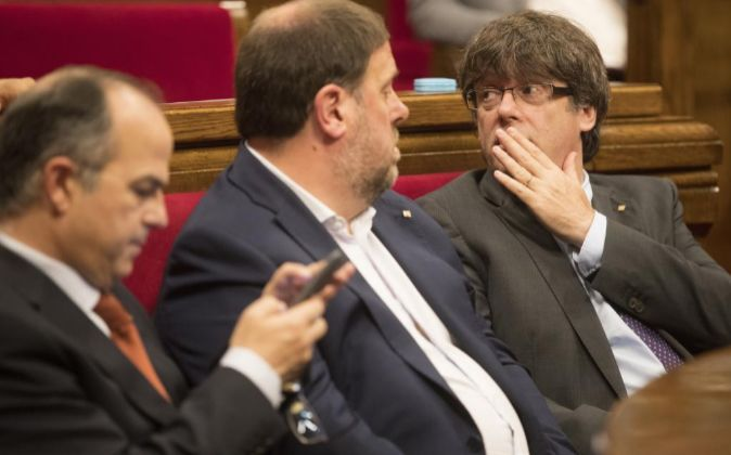 El presidente de la Generalitat, Carles Puigdemont (d), junto al...