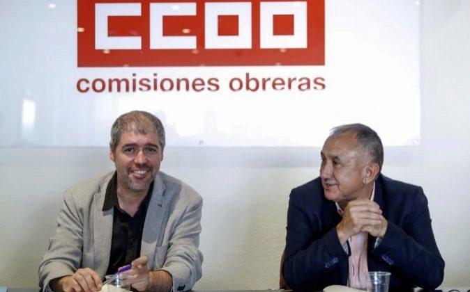El secretario general de CCOO, Unai Sordo (i) y su homólogo en la...