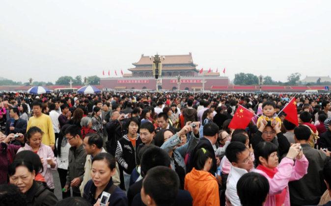 Ciudadanos en la Plaza de Tiannanmen, en Pekín, frente a la Ciudad...