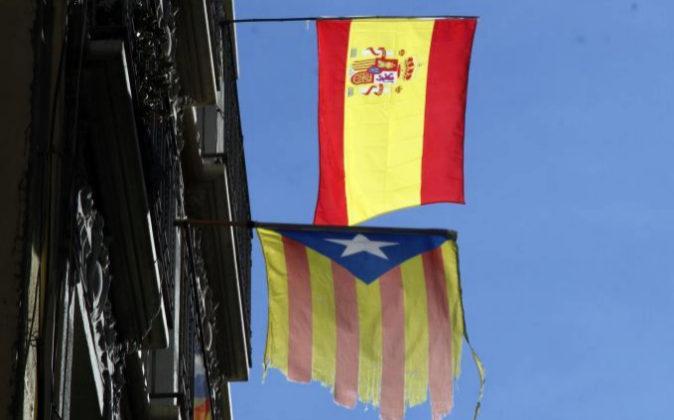 Una bandera española y una estelada en un balcón de Barcelona el...
