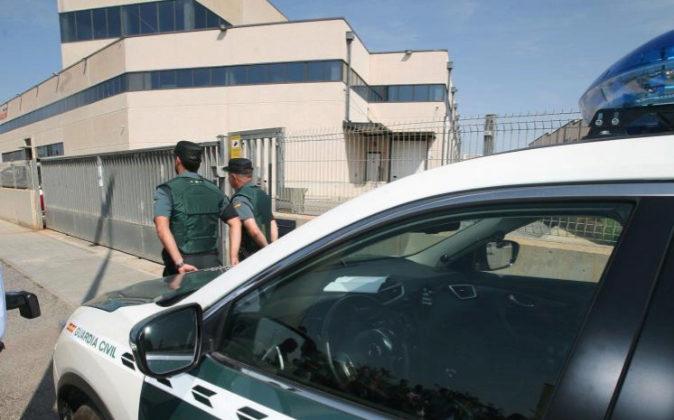 Agentes de la Guardia Civil continúan registrando los vehículos de...