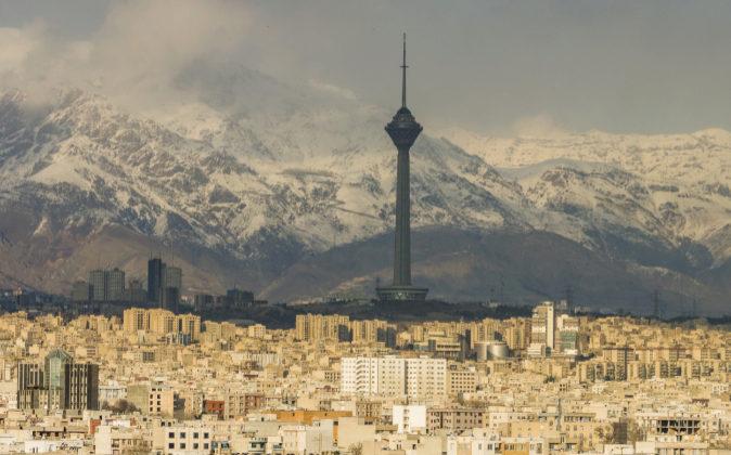 Vista de la ciudad de Teherán, capital de Irán, a los pies de los...