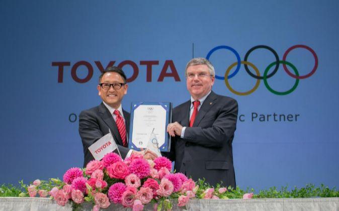 Akio Toyoda, presidente de Toyota, junto a Thomas Bach, presidente del...