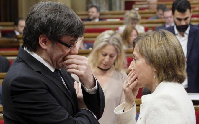 Carles Puigdemont hablando con Carme Forcadell.