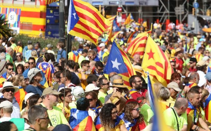 La plaza Catalunya, llena de manifestantes, poco antes de arrancar la...