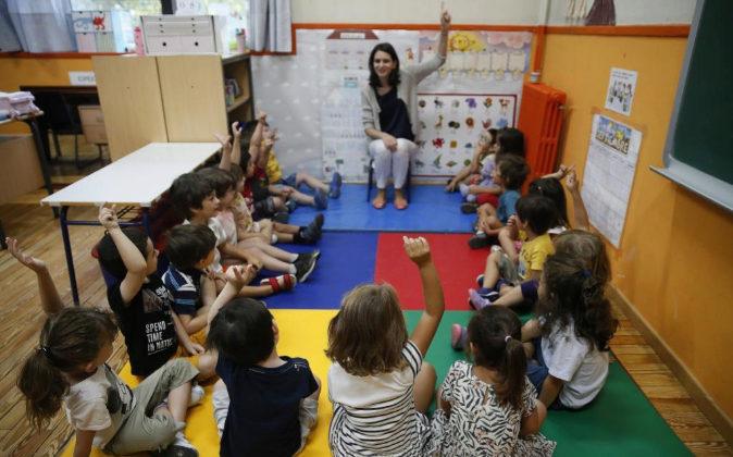 Varios niños en un aula.