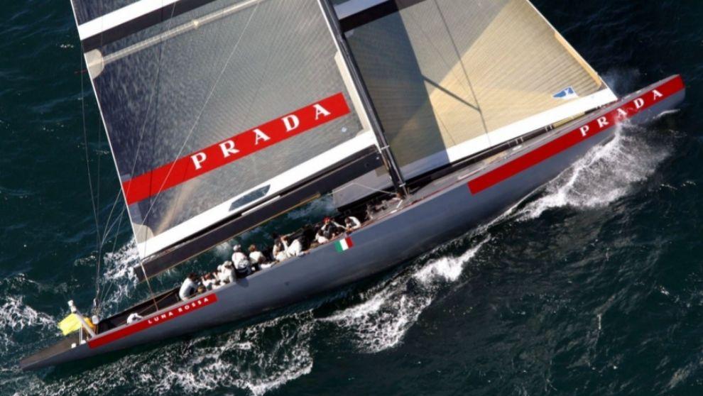 El Luna Rossa de Prada, navegando en aguas de Auckland en 2000.