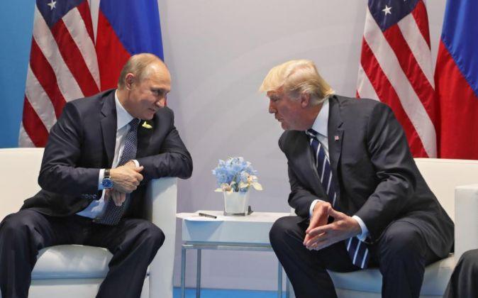 El presidente de Rusia, Vladímir Putin, conversa con el presidente de...