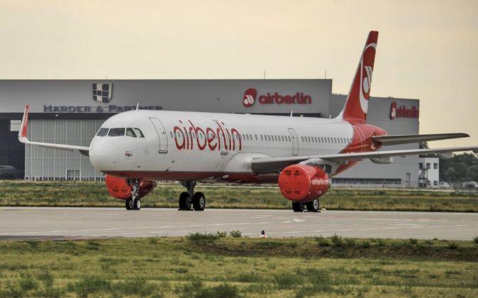 Un avión de la aerolínea Air Berlin permanece aparcado en el...