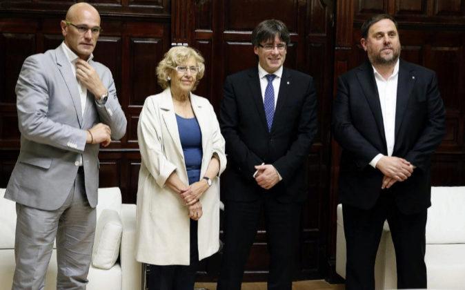 La alcaldesa de Madrid, Manuela Carmena, el presidente de la...