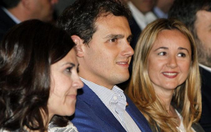 El líder de Ciudadanos, Albert Rivera (c) en Zaragoza, acompañado...