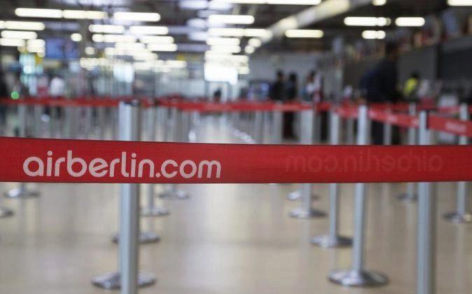Vista de las líneas vacías para las filas de pasajeros en los...