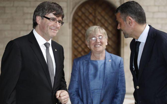 El presidente de la Generalitat, Carles Puigdemont (izquierda), junto...