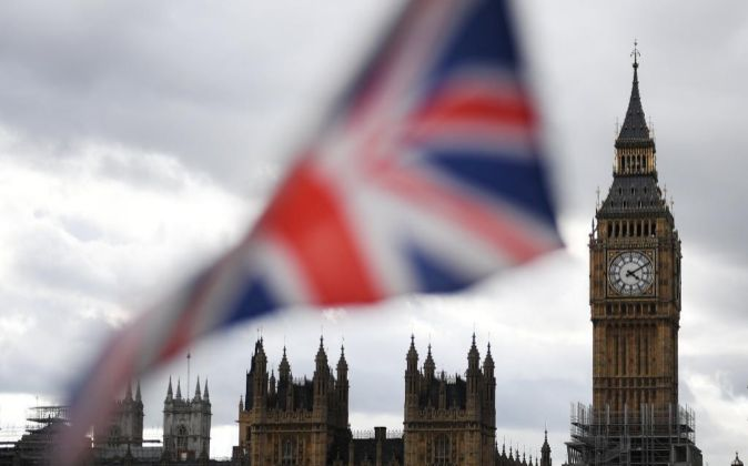 Vista de una bandera británica frente al parlamento en Londres, Reino...