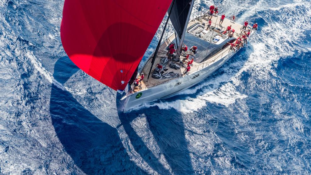 El 'Ribelle', navegando en aguas de Costa Esmeralda.