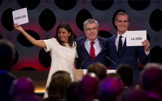 La alcaldesa de París, Anne Hidalgo, y el alcalde de Los Ángeles,...