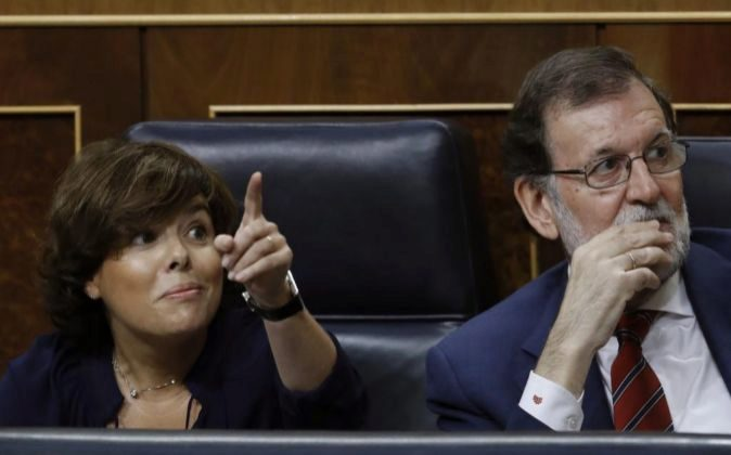 El presidente del Gobierno, Mariano Rajoy, junto a la vicepresidenta,...