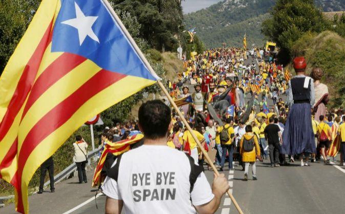 Un hombre porta una bandera independentista ('estelada')...