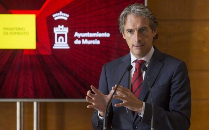 El ministro de Fomento, Iñigo de la Serna, durante la rueda de prensa...