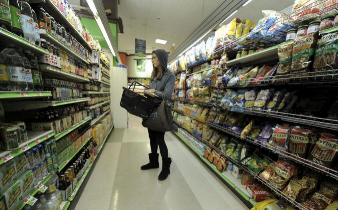 Una joven hace la compra en un supermercado de Nueva York, Estados...