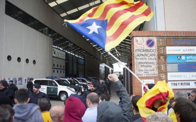 Simpatizantes independentistas protestan ante los agentes de la...