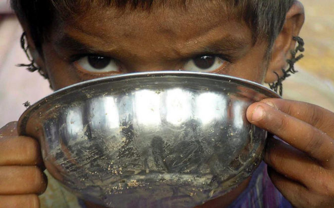 Un niño desplazado bebe agua en Sukkur (Pakistán).