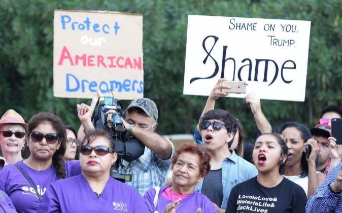Inmigrantes y activistas de derechos humanos protestan contra la...