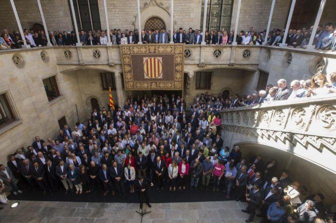 El president de la Generalitat, Carles Puigdemont (c, abajo), recibe...