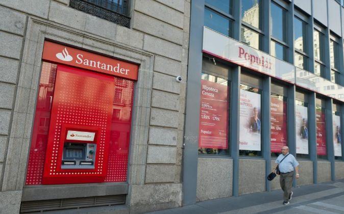 Sucursal del banco Santander y Popular.
