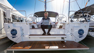 El regatista Alex Thomson posando sobre la popa del Oceanis 51.1