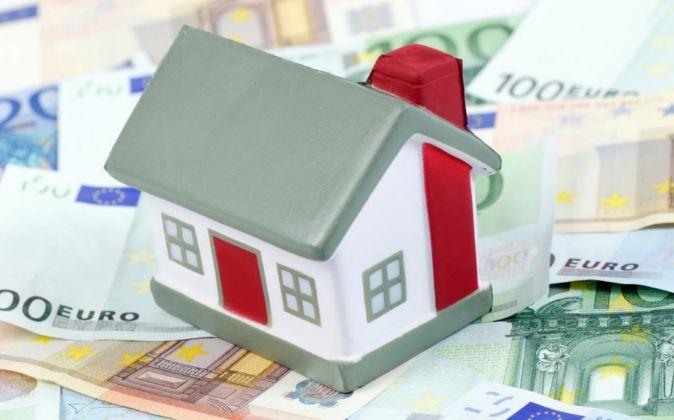 Maqueta de casa con billetes de euro.