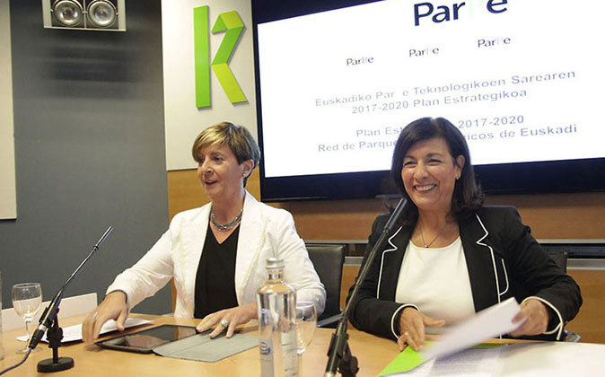 La consejera Arantxa Tapia (izquierda) y la directora de la red de...