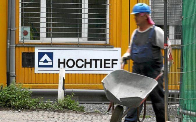El logo de la compañía alemana Hochtief en Moers, Alemania