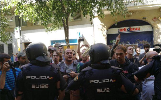 Actuación policial en la sede central de la CUP en Barcelona, donde...