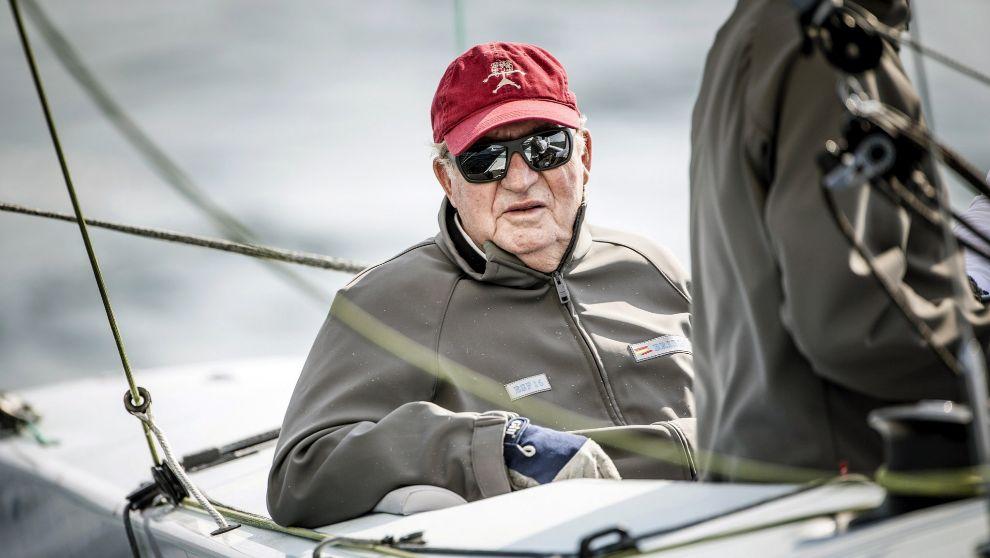Don Juan Carlos, a bordo del Bribón en aguas de Bayona, durante la...