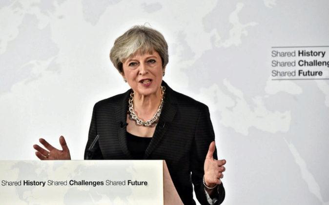 La primera ministra del Reino Unido, Theresa May, pronuncia un...