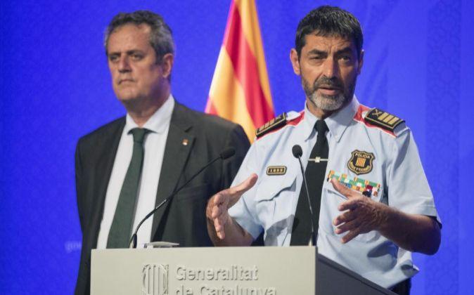 El conseller de Interior, Joaquim Forn (i), y el mayor de los Mossos...