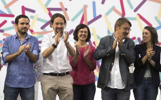 El coordinador federal de IU, Alberto Garzón (i), el secretario...