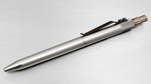 Fabricado <strong>íntegramente en metal, el Retrakt Pen de Karas...
