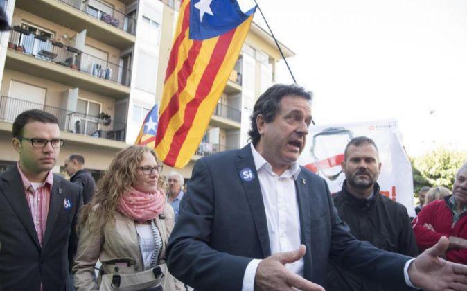 El alcalde de Oliana (Lleida), Miquel Sala (c), tras declarar en los...