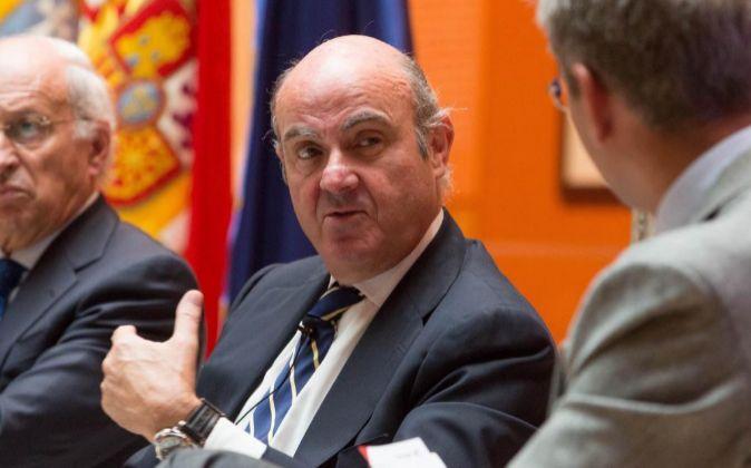 El ministro de Economía, Luis de Guindos (c), durante su...