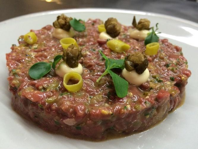 El 'steak tartare' de pato con alcaparra frita y mayonesa...